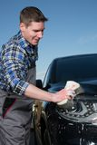 清洗在街道上的一辆汽车与海绵 库存照片