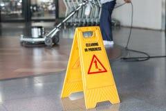 清洗地板的妇女与抛光机 免版税图库摄影