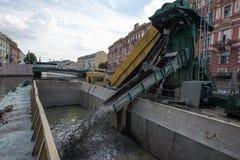 清洗城市运河底部 库存图片