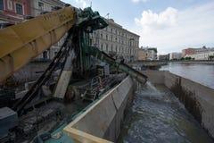 清洗城市运河底部 免版税库存图片