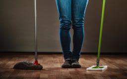 清洁女仆举行的腿老两个拖把新和 免版税库存图片