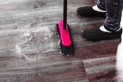 清洁女仆详尽的木地板 免版税库存照片