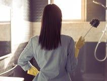 清洗她的卫生间的妇女 免版税库存照片