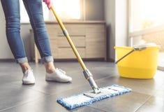 清洗她的房子的妇女 图库摄影