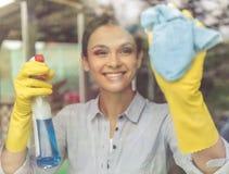 清洗她的房子的妇女 免版税库存照片