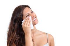 清洗她的面孔的可爱的妇女与组织 免版税库存照片