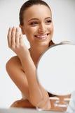 清洗她的面孔的美丽的妇女 整容术和组成 皮肤 免版税库存图片
