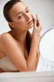 清洗她的面孔的美丽的妇女 整容术和组成 皮肤 图库摄影