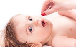 清洗鼻子一个小孩 免版税库存照片