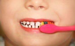 清洁孩子牙 免版税库存图片