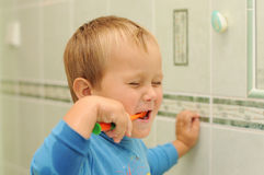 清洗小的牙的男孩 免版税库存图片