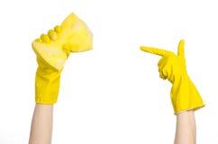 清洗房子和卫生题目:在演播室递拿着一块黄色海绵湿与在白色背景隔绝的泡沫 库存图片