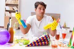 清洗房子的人在圣诞晚会以后 免版税库存图片