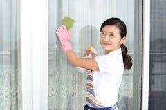 清洗房子的妇女 免版税图库摄影