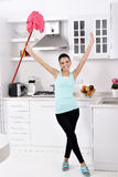 清洗房子的微笑的女孩 免版税图库摄影