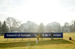 清洁维护欧洲委员会标志的队工作 免版税库存图片