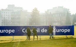 清洁维护欧洲委员会标志的队工作 免版税图库摄影