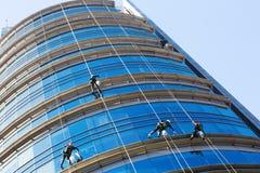 清洗摩天大楼的工业登山家 库存照片