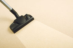 清洗新的地毯的真空 免版税图库摄影
