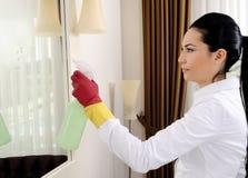 清洁新镜子的妇女 图库摄影