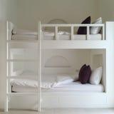 清洗旅馆客房与木床 免版税库存图片
