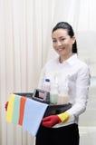 清洗旅馆的微笑的工作者 免版税库存照片