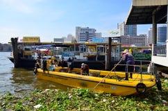 清洗昭披耶河的船市政无用单元收集在曼谷 库存照片