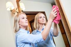 清洁服务 旅馆职员干净的镜子 库存图片