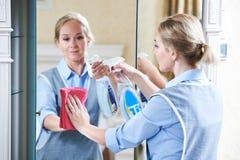清洁服务 旅馆职员干净的镜子 免版税库存图片