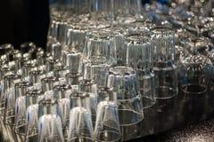 清洗杯子和玻璃在酒吧 免版税库存照片