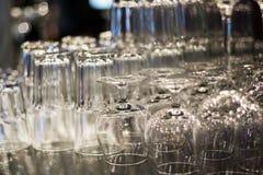 清洗杯子和玻璃在酒吧 图库摄影