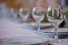 清洗板材和玻璃在欢乐桌上 免版税库存图片