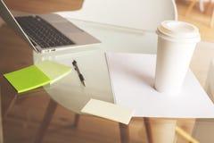 清洗桌面与咖啡杯 免版税库存图片