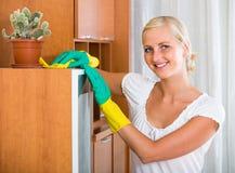 清洗橡胶的手套的妇女户内 免版税库存照片