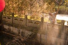 清洗池塘的修士 免版税图库摄影