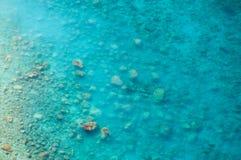 清洗清楚的海、水的顶视图和海底 免版税库存照片