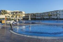 清洗游泳池在早晨 免版税库存照片