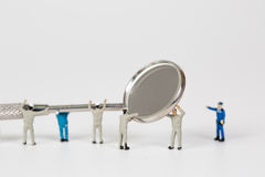 清洗牙模型的人们 免版税图库摄影