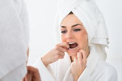 清洁牙齿的牙妇女 免版税库存照片