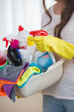 清洁物品妇女运载的篮子的中央部位在家 库存图片