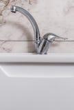 清洗现代卫生间镀铬物龙头 免版税库存图片