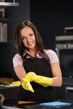 清洗现代厨房的手套的妇女 免版税图库摄影
