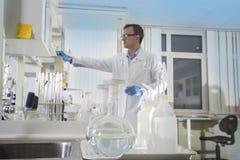 清洗现代白色实验室背景 实验室概念 库存图片