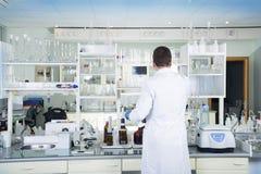 清洗现代白色医疗或化工实验室背景 免版税图库摄影