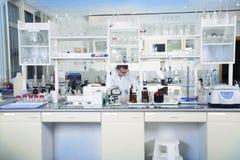 清洗现代白色医疗或化工实验室背景 免版税库存照片