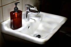 清洗白色卫生间水池 免版税库存照片