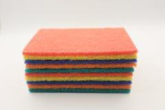 清洗的五颜六色的家庭清洁海绵 库存照片