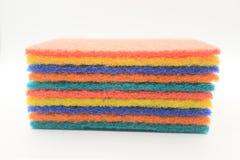 清洗的五颜六色的家庭清洁海绵 库存图片