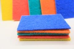 清洗的五颜六色的家庭清洁海绵 图库摄影