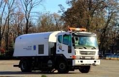 清洗的接近的设备街道 在城市街道上的街道清扫车 免版税库存图片